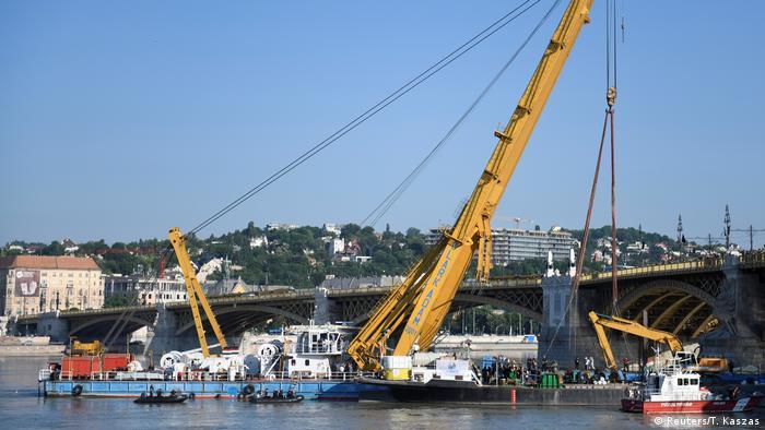 El rescate del naufragio de 27 metros de largo fue muy costoso debido a que se utilizó una grúa especial.