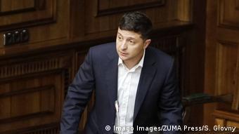 Президент України Володимир Зеленський найчастіше потрапляв під критику на певних телеканалах