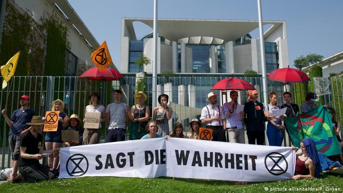 Extinction Rebellion demonstrators at the Chancellery in Berlin (picture-alliance/dpa/P. Zinken)
