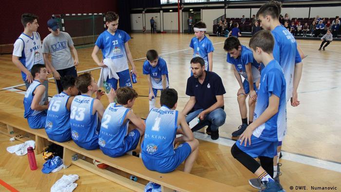 Basketball-Juniorenteam Stars aus Wien die aus den jungen Bosnier besteht (DW/E. Numanovic )