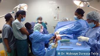 Äthiopien Dr. Wubtaye Duressa Tekle bei einer orthopädischen Operation