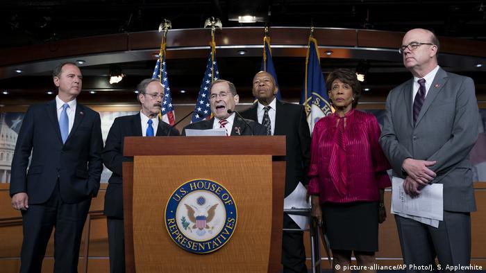 Streit um Mueller-Bericht : Kongresskammer erlaubt rechtliche Schritte gegen Trump-Regierung