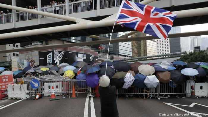 Protester waving a British flag in Hong Kong (picture-alliance/AP Photo/V. Yu)