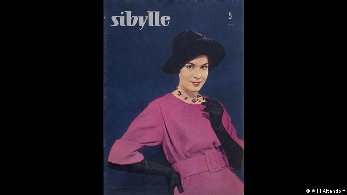 Frau in pinkfarbenem Kleid auf dem Cover der DDR-Zeitschrift Sibylle (Willi Altendorf)