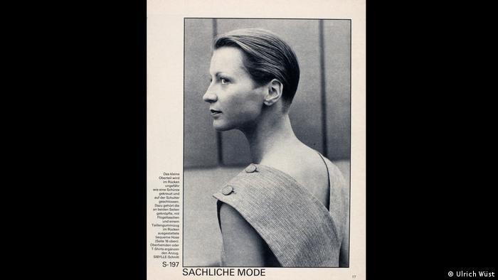 Model blickt streng über die Schulter (Ulrich Wüst)