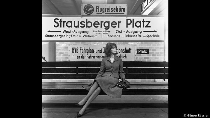 A black-and-white photo of a woman waiting in a subway station (Günter Rössler)
