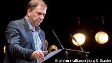 Der Schauspieler Rene Pollesch spricht am Samstag (05.05.2012) in Berlin während der Verleihung des Theaterpreises. Foto: Soeren Stache dpa   Verwendung weltweit