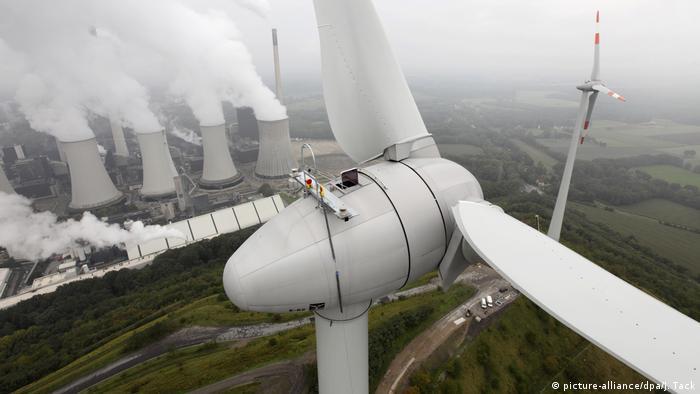 BG Windernergie | Windenergieanlage und EON Steinkohlekraftwerk Scholven (picture-alliance/dpa/J. Tack)