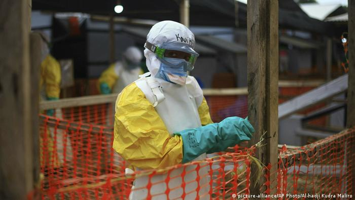 An Ebola responder secures a fence at a treatment center in eastern Congo (picture-alliance/AP Photo/Al-hadji Kudra Maliro)
