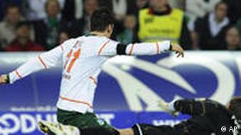 Özil (l.) erzielt das 4:0 für Werder Bremen. (Foto: AP)