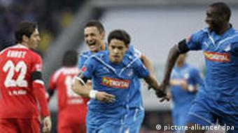 Hoffenheims Salihovic (2. v.l.), Torschütze Eduardo und Ba freuen sich über das 1:0. Foto: dpa)