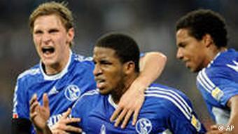 Farfan (m.) jubelt mit Höwedes und Matip über sein 1:0 für Schalke. (Foto: AP)