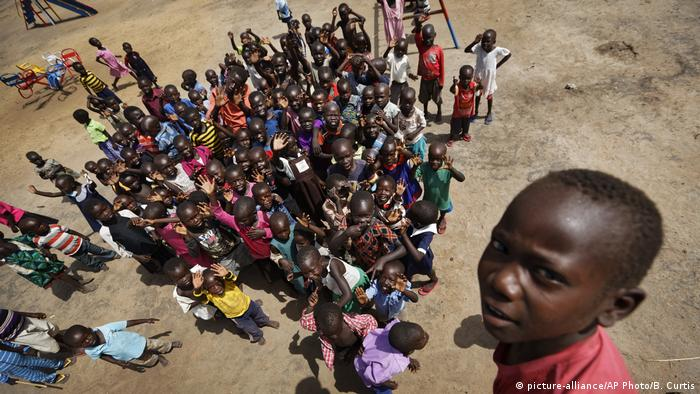 A group of South Sudanese children pictured at a refugee camp in Uganda (picture-alliance/AP Photo/B. Curtis)