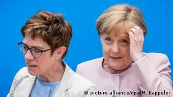 Ενώ η Άνεγκρετ Κραμπ-Κάρενμπαουερ εξακολουθεί να παλεύει για την υποψηφίότητα Βέμπερ, η Άνγκελα Μέρκελ φαίνεται να έχει δεύτερες σκέψεις