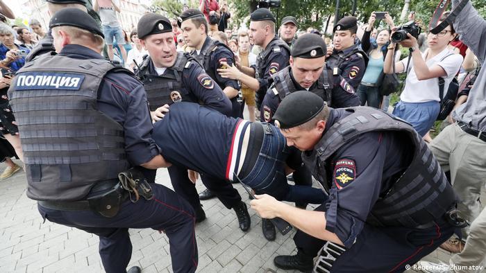Russland Freilassung des Journalisten Iwan Golunow | Protest findet dennoch statt (Reuters/S. Zhumatov)
