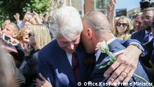 photo from Pristina, in celebrations for 20 anniversary of NATO entry trups into Kosovo. Deutsche Welle have all right to use those photos for website. Author: Office of the Kosovo prime minister (Public domain for media). Date: 12.06.2019. Bill Clinton and Ramush Haradinaj i Pristina.