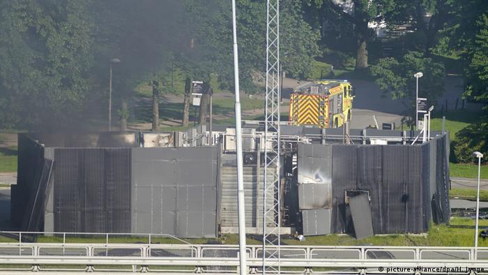Norwegen, Sandvika: Aus den Überresten eines voraussichtlich explodierten Wasserstofftanks an einer Tankstelle in Sandvika, 10 km südlich von Oslo