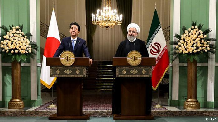 Der iranische Präsident Hassan Rouhani (R) trifft den japanischen Premierminister Shinzo Abe