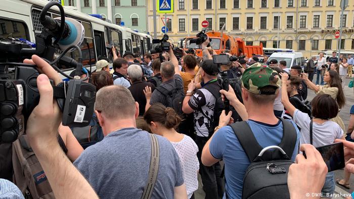Первые задержания начались сразу, как митингующие начали движение по бульварам.