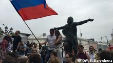 12.6.2019, Moskau, Russland, demokratische Proteste gegen Polizeiwillkür und Korruption, Einen Tag nach der überraschenden Freilassung des inhaftierten Journalisten Iwan Golunow ist es in Moskau zu Protesten gekommen. Gegen Mittag verlangten mehrere Hundert Menschen eine Bestrafung der Polizeibehörden, die dafür verantwortlich ist, dem kremlkritischen Journalisten Iwan Golunow zunächst Drogen untergeschoben und danach im Gefängnis gefoltert zu haben.
