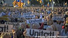 Unabhängigkeitsflaggen und Porträts von katalanischen Separatistenführern und Aktivisten während einer Demonstration in Barcelona