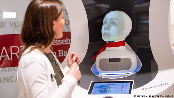Интеллектуальная машина Semmi дает справки на вокзале в Берлине