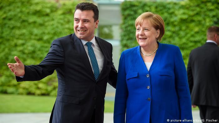 Deutschland Angela Merkel und Zoran Zaev in Berlin (picture-alliance/dpa/G. Fischer)