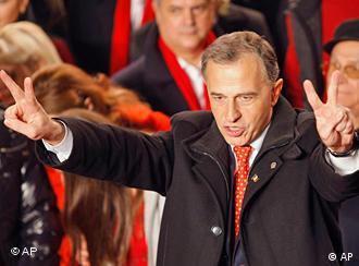 Mircea Geoană şi semnul victoriei, la anunţarea rezultatelor la ieşirea de la urne