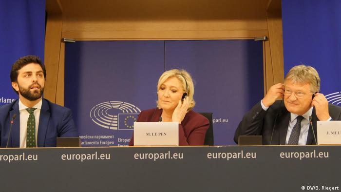O italiano Marco Zanni, da Liga, a francesa Marine Le Pen, do RN, e o alemão Jörg Meuthen, do AfD, durante o lançamento oficial do novo bloco, em Bruxelas