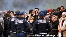 Bosnien Grenzübergang zu Kroatien Migranten und Sicherheitskräfte