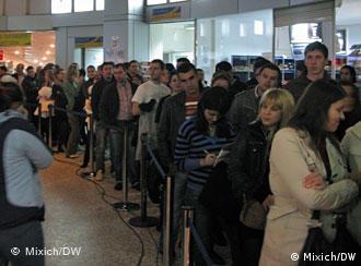 La coadă, la secţia de vot de la Aeroportul Băneasa