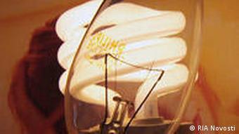 Eine normale Glühbirne vor einer Energiesparlampe(Foto: Ria Novosti)