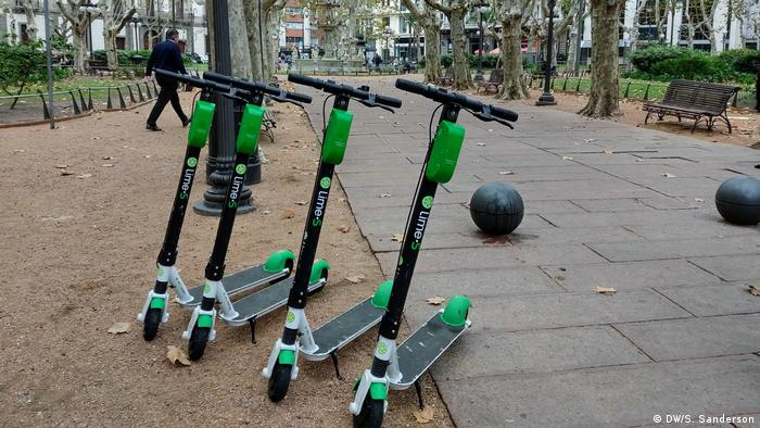 Rentable e-scooters parked in a row in Montevideo (DW/S. Sanderson)