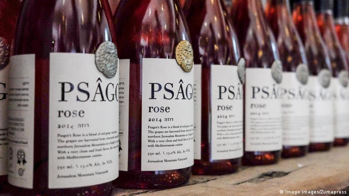 Weinflaschen mit Etiketten in Nahaufnahme (Foto: Imago)