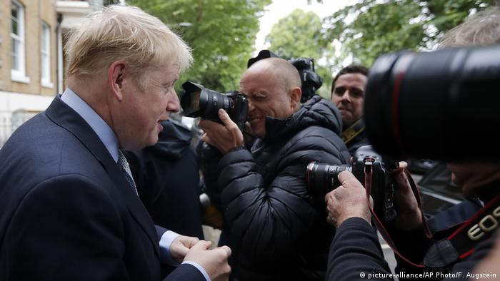England Boris Johnson PK vor seinem Haus in London (picture-alliance/AP Photo/F. Augstein)