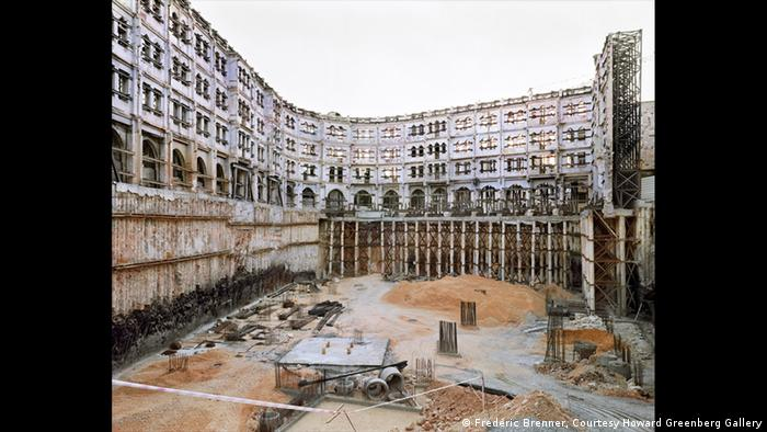 Construction work on the Palace Hotel, 2009 (Frédéric Brenner, Courtesy Howard Greenberg Gallery)