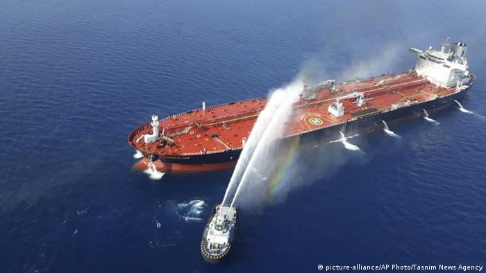 Ликвидация пожара на танкере после предполагаемого нападения, 13 июня