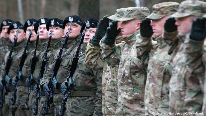 Польские (слева) и американские военные
