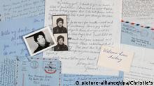 HANDOUT - 18.01.2019, USA, New York: Briefe von Leonard Cohen an Marianne Ihlen liegen auf einem Tisch. Zweieinhalb Jahre nach dem Tod von Leonard Cohen (1934-2016) werden mehr als 50 Briefe des kanadischen Sängers und Songpoeten an seine Muse Marianne Ihlen in New York versteigert. Die Briefe seien unter anderem aus Montreal, New York, Tel Aviv und von der griechischen Insel Hydra abgeschickt worden, teilte das Auktionshaus Christie's mit. (zu Briefe von Leonard Cohen an Marianne Ihlen werden versteigert) Foto: -/Christie's/dpa +++ dpa-Bildfunk +++  