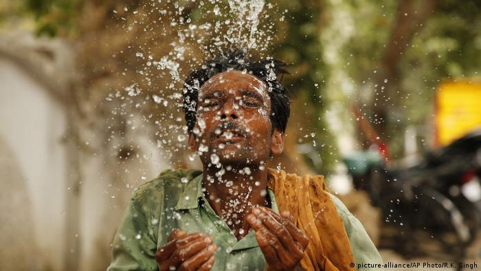 Indian worker cools himself with water during 2019 heatwave