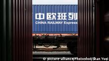 Deutschland China Railway Express im Containerhafen Duisburg (picture-alliance/Photoshot/Shan Yuqi)
