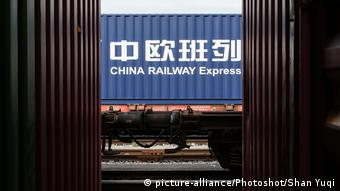 Грузовой контейнер на жд платформе с надписью Китайские железные дороги