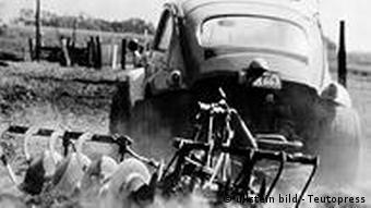 Deutschland Auto VW Käfer mit Pflug 1950