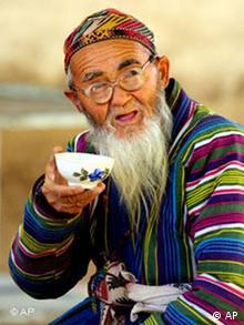 پیرمردی از شهر دوشنبه در حال نوشیدن چای