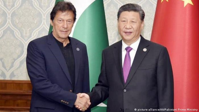 Pakistani Prime Minister Imran Khan (l) shakes hands with Chinese President Xi Jinping (r)