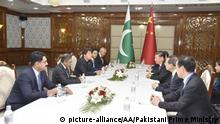 BISHKEK, KYRGYZSTAN - JUNE 14: (----EDITORIAL USE ONLY 'Äì MANDATORY CREDIT - PAKISTANI PRIME MINISTRY / HANDOUT - NO MARKETING NO ADVERTISING CAMPAIGNS - DISTRIBUTED AS A SERVICE TO CLIENTS----) Pakistani Prime Minister Imran Khan (3rd L) and President of China, Xi Jinping (4th R) hold a meeting on the sidelines of the Council of Heads of State of Shanghai Cooperation Organization (SCO) meeting in Bishkek, Kyrgyzstan on June 14, 2019. The two leaders exchanged views on bilateral relations. Pakistani Prime Ministry / Handout / Anadolu Agency | Keine Weitergabe an Wiederverkäufer.