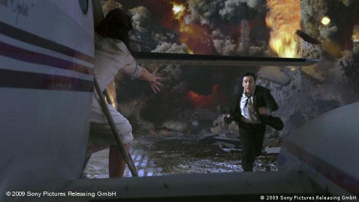 In einer Szene des Films 2012 versucht ein rennender Mann, in ein startendes Flugzeug zu gelangen