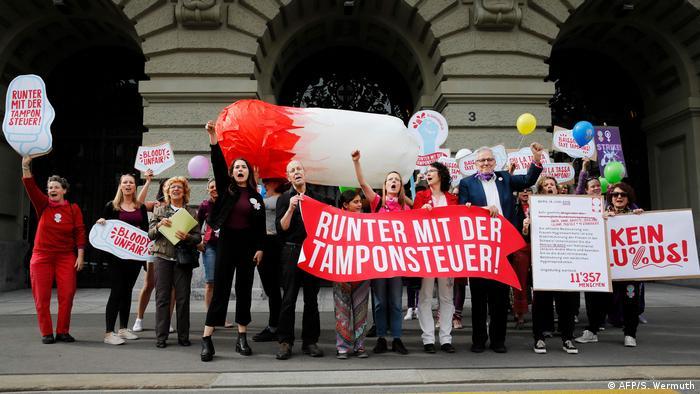 Schweizer Frauen streiken landesweit für gleiche Bezahlung