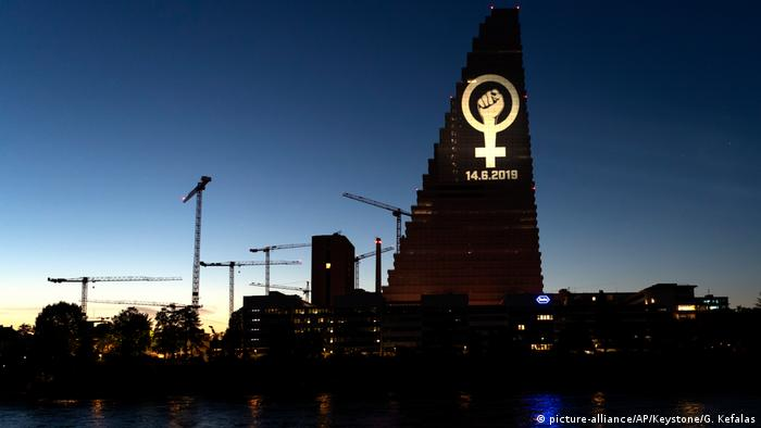 Juni 2019: Schweizer Frauen streiken landesweit für gleiche Bezahlung und zeigen ihr Logo auf dem Roche Tower in Basel.