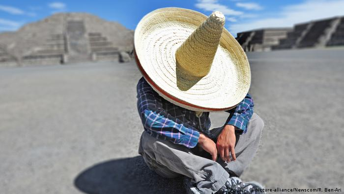 man siting on the ground with a sombrero (picture-alliance/Newscom/R. Ben-Ari)